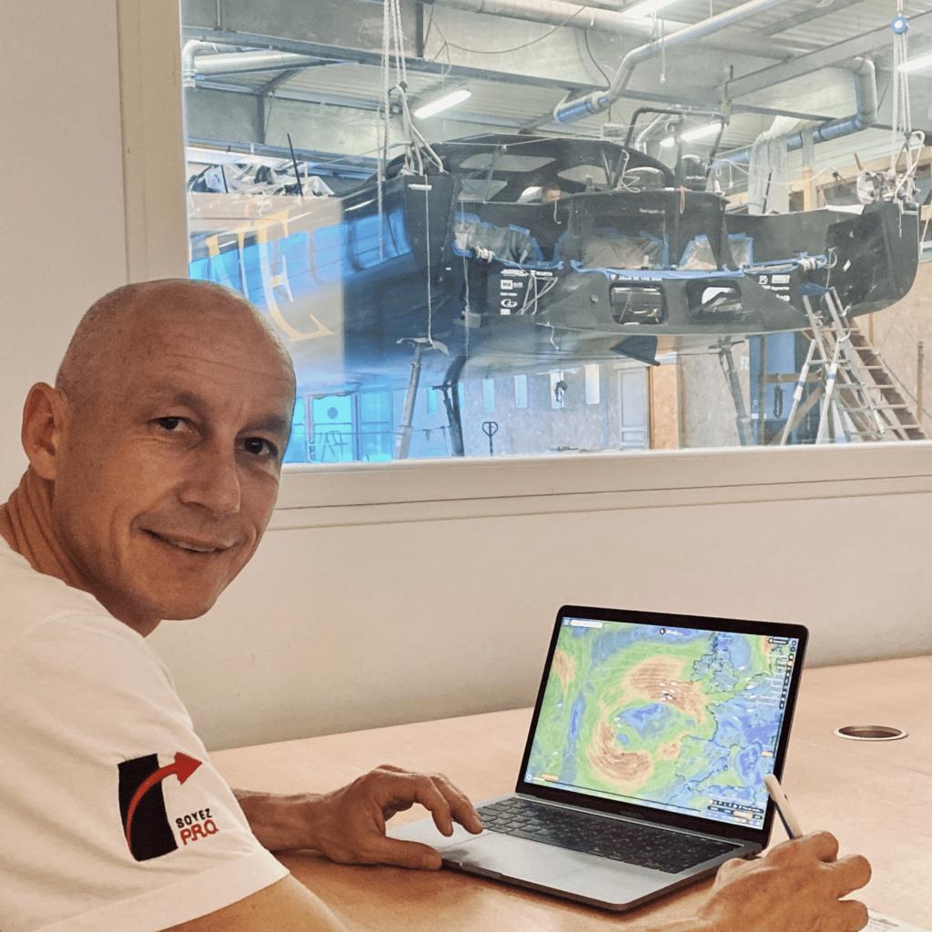 Armel étudie la météo sur le parcours du Vendée Globe