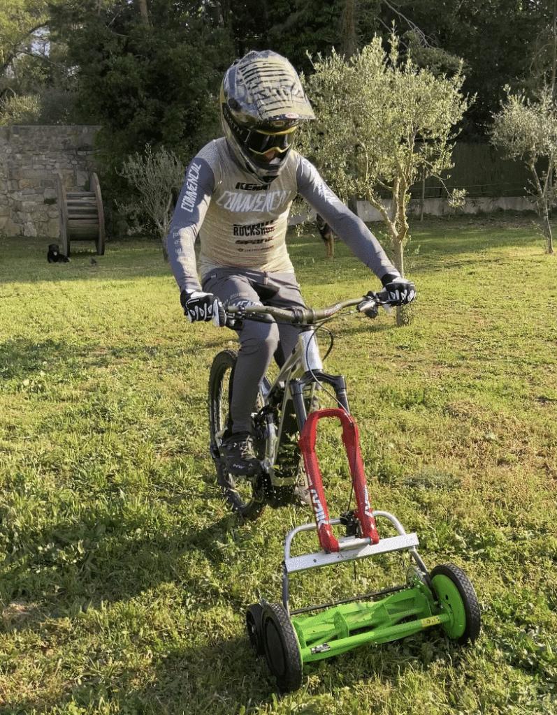 Pas mal la nouvelle façon de tondre la pelouse !